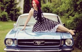 Noora ja Ford Mustang HT Konepellillä
